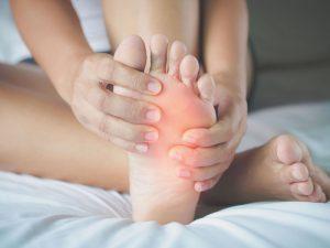 چه عواملی باعث شده است که پای من آلوده شود و چگونه آن را درمان کنم؟