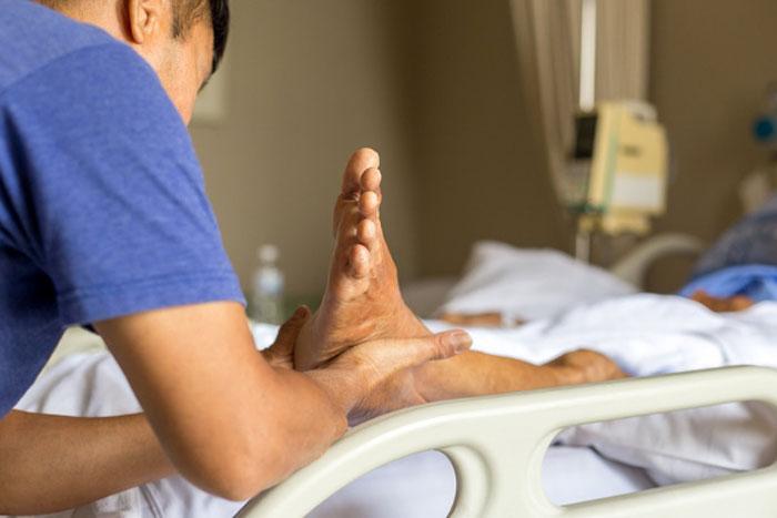 از مراحل درمان زخم بستر در خانه چه می دانید؟